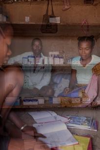 la volonté participative des femmes et des hommes à l'entraide et à la distribution des médicaments est réelle. à 130 kms de Tuléar la logistique est un défi. Tovoniaina président du COGE se pose avec sa femme Angeline et Tsilidiso leur fille, sa maison et leur foyer sont une chambre pour cinq. à part un fatapera et un tabouret, les cahiers et les livres de Tsilidiso sont leurs seules affaires. le niveau de Stock de Bemoky est alarmant ; les médicaments arrivent de Betioky – 154kms de Tuléar