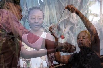 28 femmes leaders et le nombre augmente ! chaque femme leader mène un groupe de 15 membres – dont la plupart sont des femmes du voisinage. des séances sont organisées avec des suivis, les membres apprennent l'impact des petits changements dans leur Vie, Santé et Joie. le tippy tappy fait partie des sujets, la bouteille est accrochée sur une branche d'arbre et dispense l'eau à la demande. la démonstration prend place sous le regard bienveillant de madame Tsiory, une femme leader.