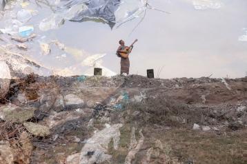 Fabien est un artiste, ça ne le dérange pas d'être debout pieds nus dans une décharge pour Faire le Point. fondateur du groupe ny vezondriaky, il est membre du réseau des champions pour la nutrition. sa chanson – sasao ny tananao – met l'accent sur le lien entre la famine, l'hygiène et la santé.