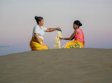 il y a un lien entre le volume d'eau utilisé et le temps de marche jusqu'à la source. les ménages situés à plus de 30 minutes de la source collectent moins d'eau que la normale utile pour les besoins basiques. il existe aussi une corrélation démontrée entre la proximité à la source et les bonnes pratiques d'hygiène. les femmes leaders sont souvent celles qui transmettent les bonnes pratiques d'hygiène. je me demande si elles sont conscientes de tout leur Potentiel pour faire changer les choses ?