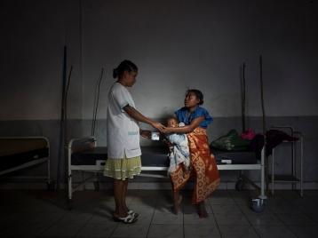 un personnel de santé est toujours une main qui se tend, un réconfort dans la détresse. mme Francette, une infirmière de garde, donne le dernier complément alimentaire de la journée (lait en poudre) à Pelavy. arrivé trois jours auparavant de Tameantsoa (24km); Pelavy (un an et deux mois) atteint de sous-nutrition et aussi du paludisme. le CRENI est souvent le dernier Refuge pour les enfants sous-alimentés et aussi leur famille.