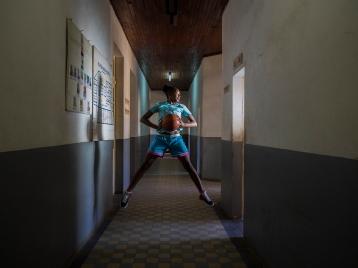Christiane, une basketteuse professionnelle et membre du réseau des champions pour la nutrition, posant à la CHU pour une bonne raison ! le sport est un portail magique vers l'Engagement, il met en exergue aussi le lien entre la nutrition et la santé.